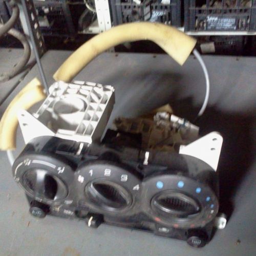 Suzuki Ignis fűtéskapcsoló egység 3 kapcsoló Kapcsoló egység középkonzolba: ventilátor, fűtés, klíma. 74400-86G10 74400-86G30 15000Ft