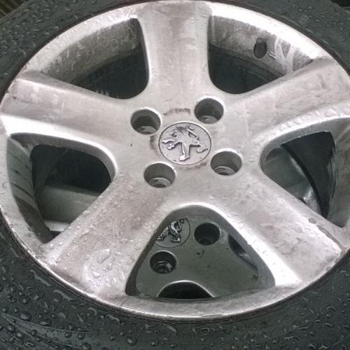 Peugeot Könnyűfém felni szett 15 col Gumival 195/65 R 15 M+S Michelin Alpin. -2db jó, 2db szódával elmegy :-) 40000Ft